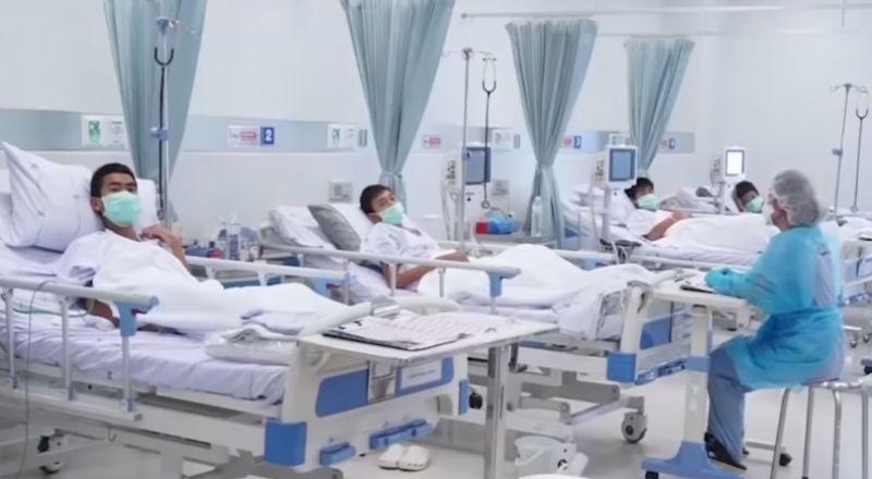 """أول فيديو لـ""""أطفال الكهف"""" بتايلاند بعد إنقاذهم ودخولهم المستشفى"""