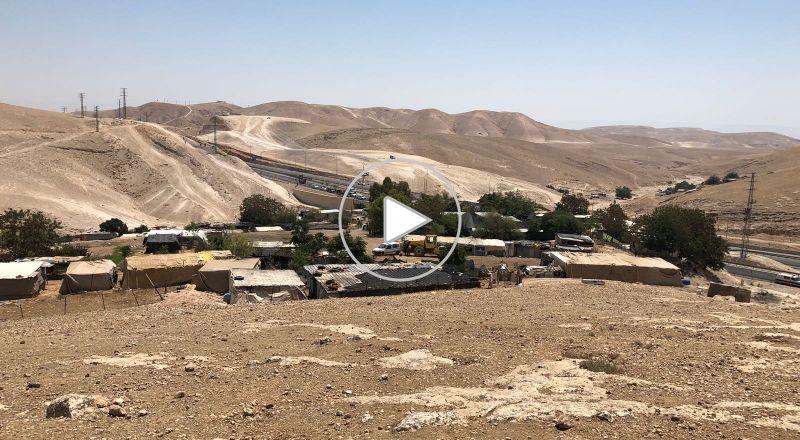 الاحتلال يغلق الخان الأحمر بالمكعبات الاسمنتية ويمنع وصول قناصل للمنطقة