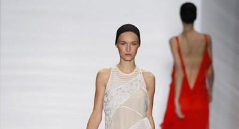 تصاميم فيرا وانغ تتطاير بخفّة في أسبوع الموضة في نيويورك