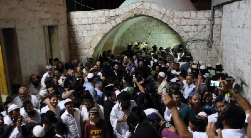نابلس: مئات المستوطنين يقتحمون قبر يوسف