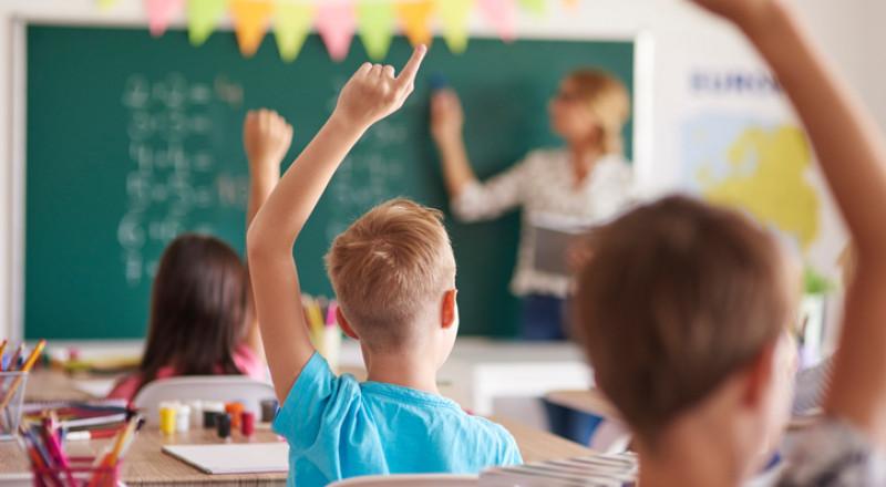 مكيفات بتمويل الاهالي، في المدارس