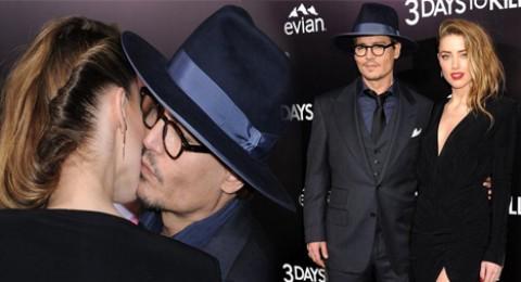جوني ديب يطبع قبلة على خد آمبر هيرد