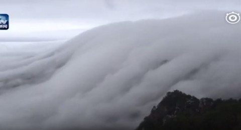 الصين: فيديو لشلالات من السحب تتساقط على قمة جبل