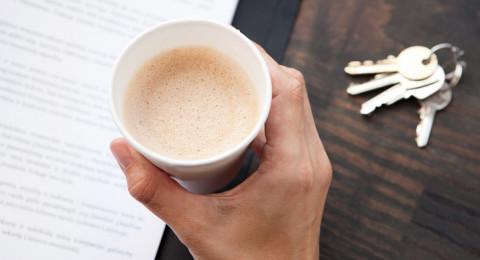 لا تشربوا القهوة بأكواب الفلين، فهي مضرة