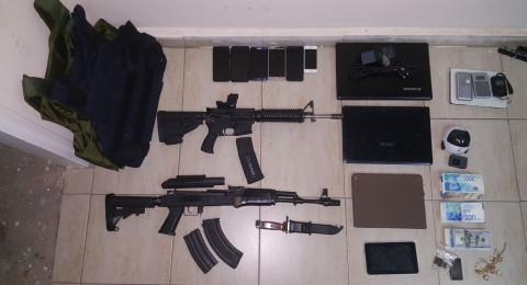 طبريا: معمل مخدرات واسلحة وسترات واقية واعتقال 5 مشتبهين