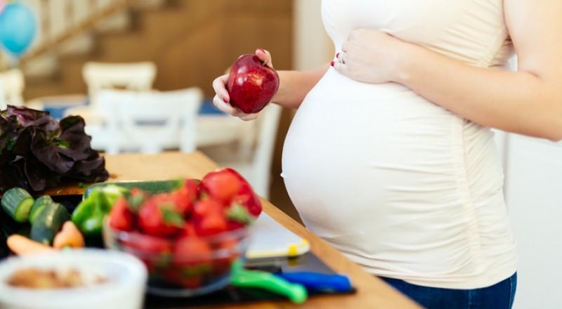 دراسة تحذر من تناول الطعام الدهني خلال الحمل