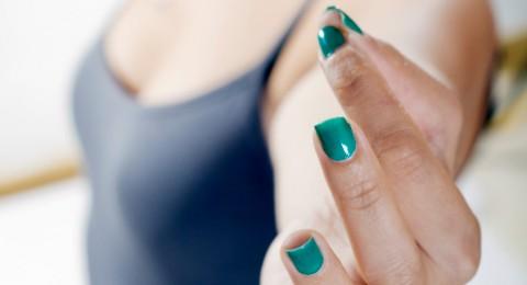 اجعلي طلاء الأظافر الأخضر من خياراتك لهذا الصيف