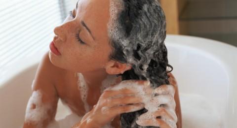 7 أخطاء عند غسل الشعر تؤدي لتساقطه!
