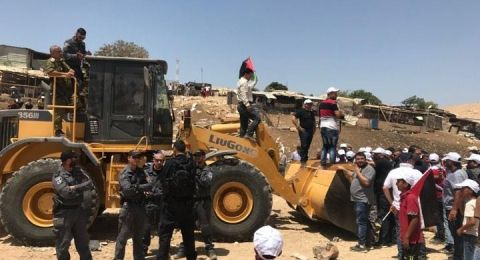 القوات الإسرائيلية تبدأ بهدم الخان الاحمر