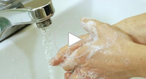 بحث: الاستحمام وغسل اليدين يساعدان على التحرر من المشاعر السلبية