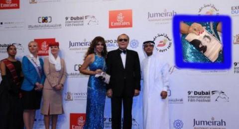 زوجة محمود عبد العزيز تحمل حقيبة يد مثيرة للجدل