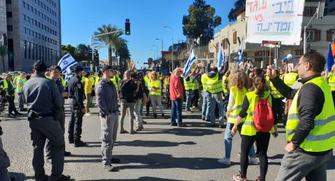 بالسترات الصفراء .. المئات يتظاهرون ويغلقون شوارع بتل أبيب ضد غلاء الأسعار