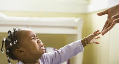 كيف أتصرف مع طفلتي التي تبكي باستمرار؟