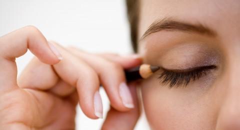 5 خطوات للحصول على عيون مكحلة بدقة