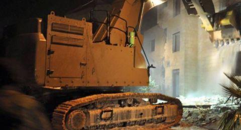 الجيش الاسرائيلي يسلم أم شهيد و5 أسرى بالأمعري قرار هدم منزل