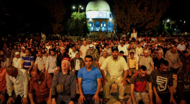 الفلسطينيون يتوافدون على الأقصى لإحياء