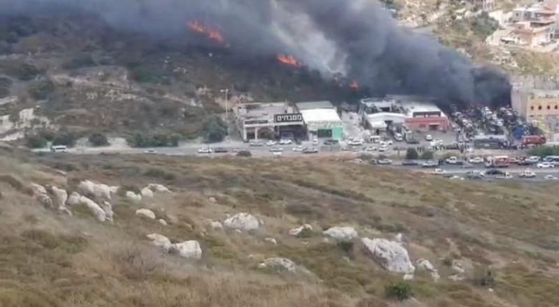 الدخان يملأ سماء أم الفحم .. حريق هائل بمخزن للأدوات البلاستيكية