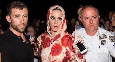 كاتي بيري ترتدي قطعة بيتزا