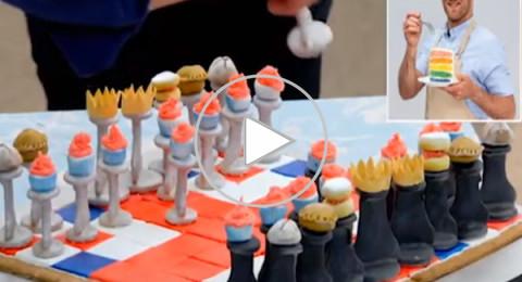 طباخ يصمم رقعة شطرنج كاملة من البسكويت