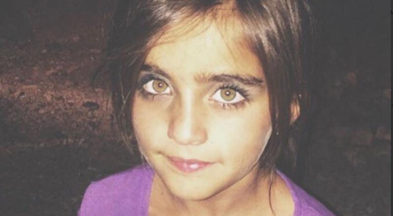 طفلة عراقية تبيع التين تسحر الإنترنت بعيونها الخضراء