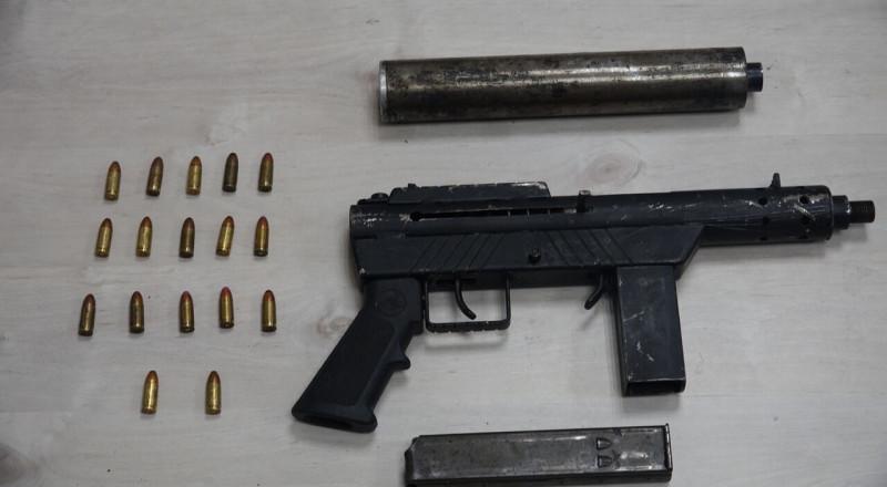 عميل سري للشرطة يوقع 47 مشتبهًا بتجارة السلاح والمخدرات، بينهم 10 عرب