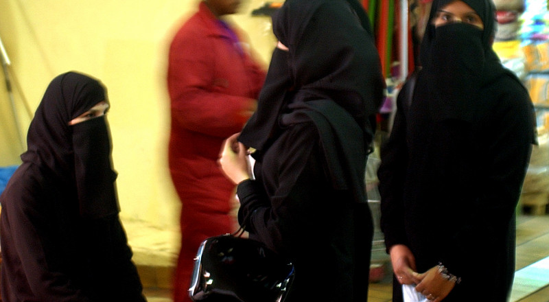 منقبة غاضبة تهاجم متجراً للملابس الداخلية بألمانيا