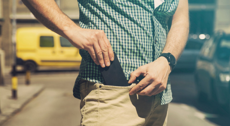هل وضع الهاتف المحمول في جيب السروال يضعف الخصوبة؟