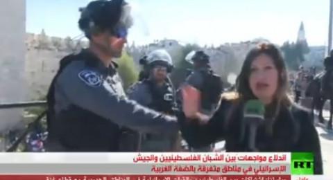 جندي اسرائيلي يعتدي على مذيعة روسيا اليوم خلال تغطيتها