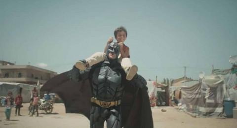 فيديو مؤثر لصداقة بين باتمان وطفل سوري ينال جائزة دولية