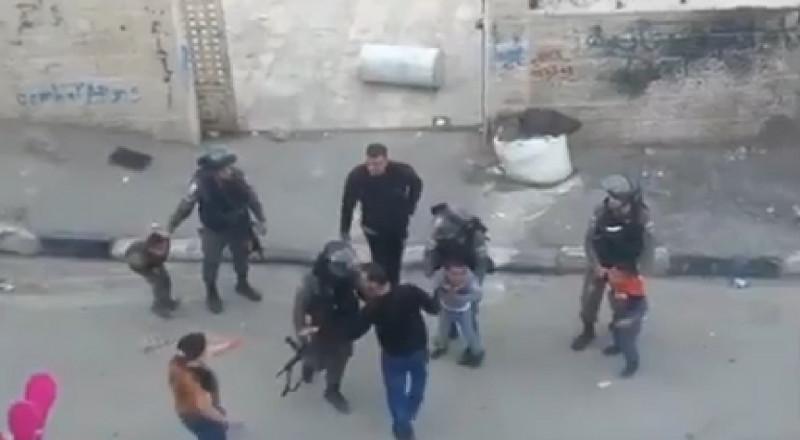 شاهد كيف يُجبر رجال الشرطة اطفال فلسطينيين الصعود الى الجيب