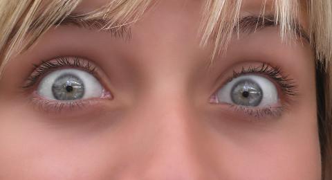 لماذا نشاهد نقاطًا ملونة عند فرك أعيننا؟