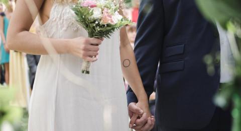المتزوجون أو العازبون.. من الأسعد؟
