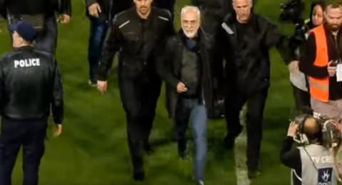 رئيس ناد يقتحم الملعب بمسدس مهددا الحكم بعد إلغاء هدف