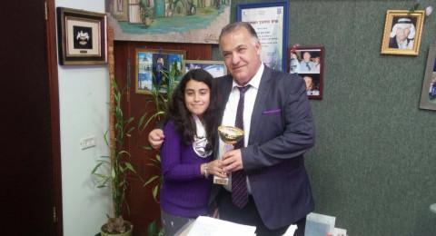 بطلة الكيك بوكس روشان عدوان تقدّم كأس البطولة لعلي سلّام