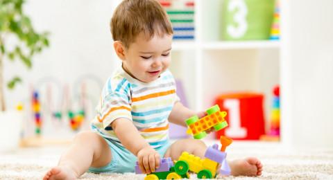 الأغراض التي يلمسها طفلك يومياً تحمل نسب عالية ومفاجئة من الجراثيم