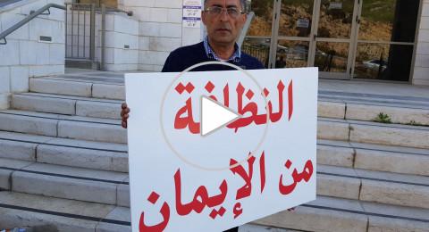 مواطنان فحماويان يتظاهران ضد النفايات مقابل البلدية