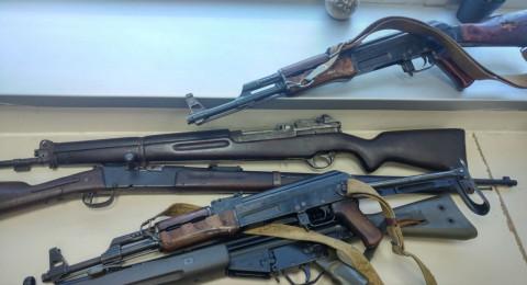 تل ابيب: تسليم اسلحة وذخيرة لمركز الشرطة