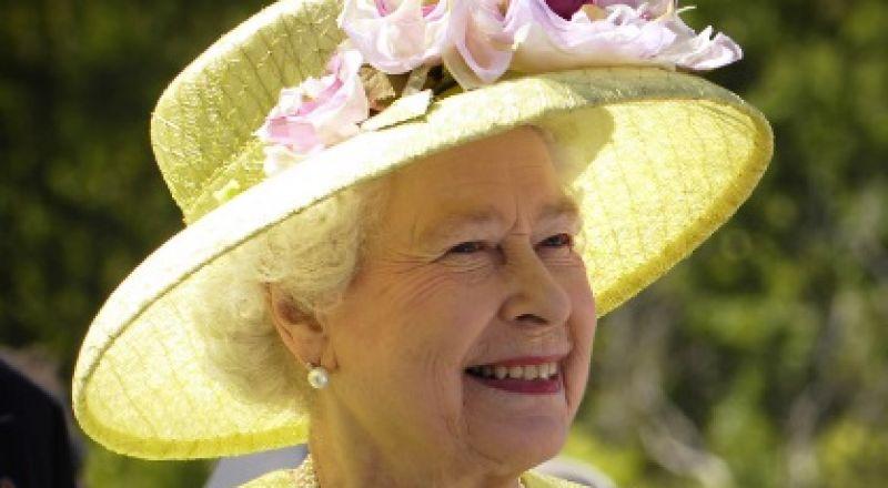 الملكة إليزابيث تفاجأ بدودة في طبقها