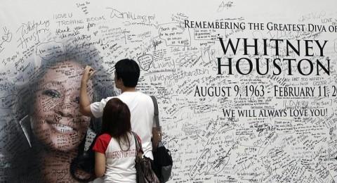 عائلة ويتني هيوستن تلقي النظرة الأخيرة عليها قبل الجنازة