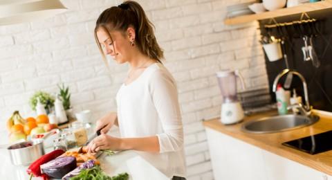 جدول بالأطعمة التي يجب غسلها قبل الطهو والأخرى التي يمنع ذلك