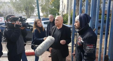 النائب عيساوي فريج يرافق ضحية عملية بيتح تكفا الشاب معاذ عامر لمحطة الشرطة