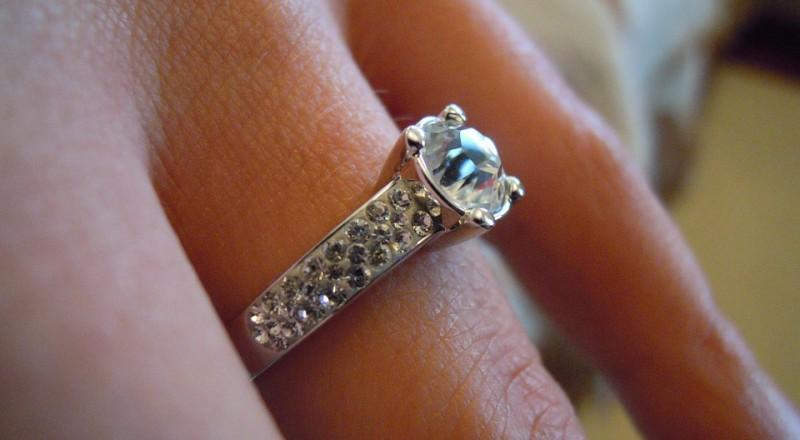 لا ترتدي خاتم زواجك في هذه الأماكن.. لهذه الأسباب؟