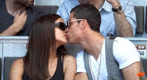 ايرينا شايك تتلقى قبلة من كريستيانو رونالدو
