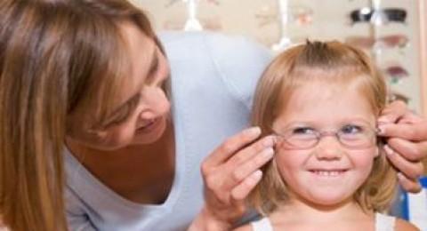 كيف تعرفي بأن طفلك بحاجة الى نظارة طبية؟