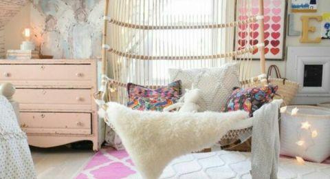 ديكورات غرف نوم للبنات بتابلوهات ومرايات عصرية