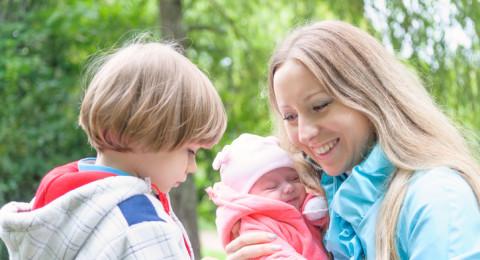 كيف تتعاملين مع الغيرة بين أطفالكِ؟