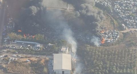 حريق هائل في مجمع للسيارات