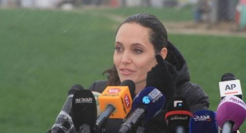 رغم الأجواء الماطرة .. أنجلينا جولي تزور اللاجئين في سهل البقاع