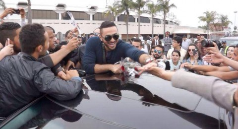 تامر حسني يتسبب بزحمة غريبة وتدافع كبير في المغرب
