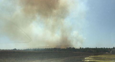 حريق هائل قرب مطار بن غوريون يتسبب بتشويش حركة الطيران، وأزمة بحركة السير